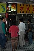摸乳巷傳奇一(郝市長走摸乳巷):郝市長面對摸乳巷入口有點質疑台北市怎麼有這麼小的巷道.