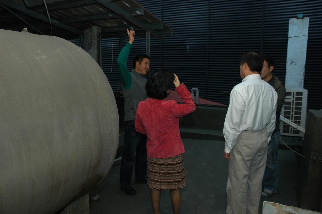 郝市長來喝茶:郝市長參觀古山園旅社頂樓已挖空的屋頂鐵皮.JPG