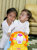 心肝寶貝二人組:弟弟還不太會看鏡頭,要跟姐姐多學學