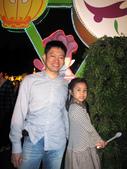 2010 台北燈節 參觀去:曾小瑀與爸比合影