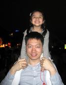 2010 台北燈節 參觀去:人太多了,曾小瑀只好爬上爸比的肩膀囉!
