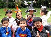 2009 萬聖節搞怪秀:前面兩個小超人好像兄弟哦,呵~