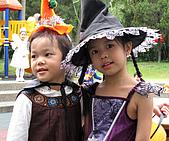2009 萬聖節搞怪秀:兩個可愛的小女巫合照
