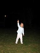 坪林翡翠山林民宿:曾小瑀晚上在民宿前的草地上玩耍