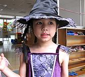 2009 萬聖節搞怪秀:我今年裝扮成魔幻小女巫哦^^