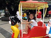曾小瑀寫真:四川的小孩遊戲機,類似台灣的搖搖馬,很有趣哦^^