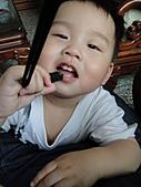 岍岍一歲八個月(1Y8M):看到必咬。持續傻眼中.JPG