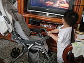 岍岍一歲八個月(1Y8M):推近一點。好看電視。昏.JPG