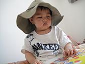 岍岍一歲八個月(1Y8M):570~1Y7m馬麻說屋內也有紫外線,所以要戴帽帽。哈.JPG