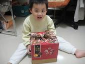 岍岍三歲二個月(3Y2M):DSC05875--收到禮物囉.JPG
