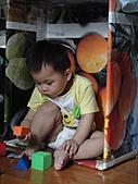 岍岍一歲八個月(1Y8M):馬麻黏了兩小時的水果箱.JPG