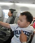 岍岍一歲八個月(1Y8M):修改-回程一樣在機上搗蛋.jpg