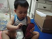 岍岍一歲八個月(1Y8M):就是愛搶我的相機包.JPG