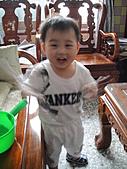 岍岍一歲八個月(1Y8M):開心成醬。又是一張糊了.JPG