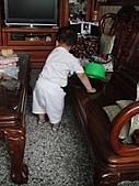 岍岍一歲八個月(1Y8M):醒著就是搗蛋。連水瓢都要拿出來玩.JPG