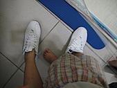 岍岍一歲八個月(1Y8M):開始不停的拿大人的鞋出來穿.JPG