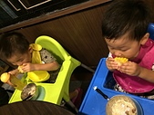 20150930我們滿2歲了!:09.29雙寶~乖乖吃飯~長疆羊肉爐.JPG