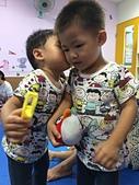 20150930我們滿2歲了!:09.30雙寶~感情好到上課都要親~北投陽光屋.JPG