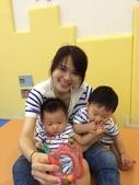 20140930我們滿一歲了!:09.30雙寶~跟媽媽合照~士林親子館.JPG