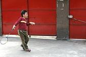 聖恩堂的孩子們在庭院中打羽毛球:姿勢不錯嘛!(不過有點像在跳探戈)
