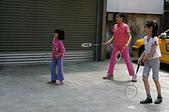 聖恩堂的孩子們在庭院中打羽毛球:別搶!我來打啦!(哇!還有雙拍俠哦!)