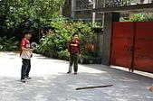 聖恩堂的孩子們在庭院中打羽毛球:我們是未來的男子雙打冠軍
