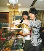 2008.02.17 宣傳「HITO流行音樂獎」學習海鮮料理:080218 聯合報.jpg