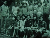 Jinna 媽媽小時候(李家):媽咪國中郊遊旅行(前排左邊第三個)