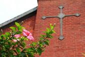 2018.Aug-[台中中區] 柳原教會:09_十字架與扶桑花.JPG
