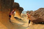 2013.Jun-[新北萬里] 白沙灣、富貴角燈塔、野柳地質公園:21_在這裡、在那裡.JPG