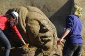 2014.Jan-[南投市] 2014南投沙雕藝術節:04_這是在噴絲瓜水嗎?〈好享受的沙雕〉.JPG