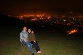 2012.Dec-[南投埔里] 虎子山夜景:02_有了這兩把椅子,看風景更加愜意.jpg