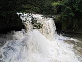 "2011.Jan-[新北市平溪、宜蘭礁溪] 十分瀑布 & 礁溪老爺:04_水""爆""大的眼鏡洞瀑布〈跟第一次來相比實在...差很大〉.JPG"