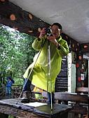 2011.Jan-[新北市平溪、宜蘭礁溪] 十分瀑布 & 礁溪老爺:10_為了拍照不畏艱難.JPG