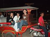 2008.Mar-[柬埔寨] 金邊、吳哥窟:052_嘟嘟車上合影_resize.jpg