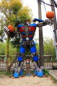 2020.Apr-[嘉義市、六腳] 森林之歌、嘉義文化公園、蒜頭糖廠:17_小隼一來到糖廠就被這個機器人吸引.JPG