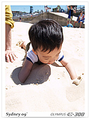 981030Sydney:整個人埋到沙堆中